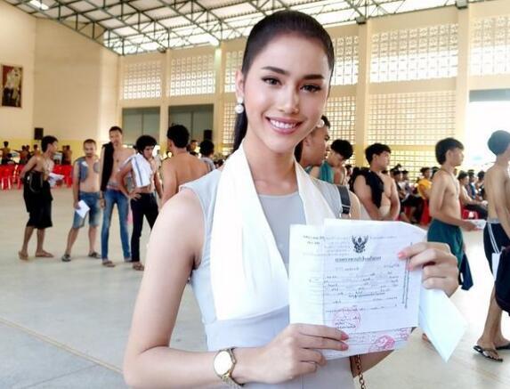 泰国征兵现场选美大赛冠军Issaree Mungman(图)