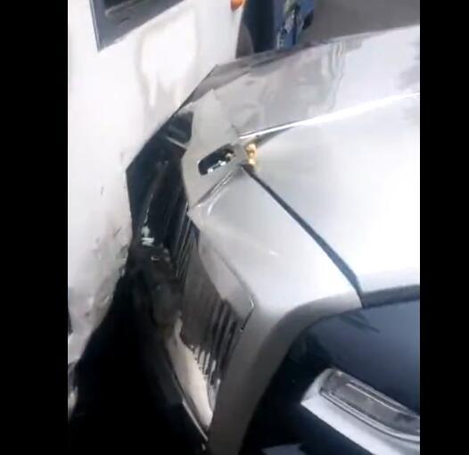 600万豪车一头撞上公交现场视频 网友戏称撞掉了一套房的首付款
