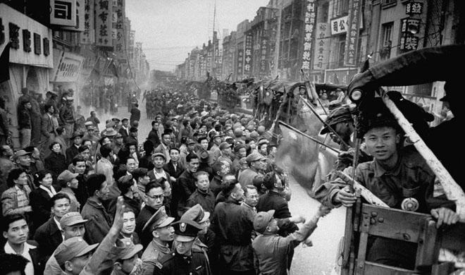 台湾民众被组织上街欢迎志愿军战俘抵台