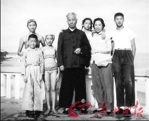 在北戴河休假期间,刘少奇部分家庭成员的合影(后左起:刘涛、刘亭亭,前左起:刘源、刘平平、刘少奇、王光美、刘丁)。