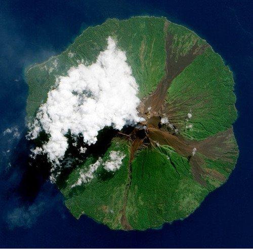 宇航员拍摄火山喷发场景 熔岩将云层喷出洞