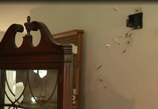 路易斯一家的新居一片狼藉,墙上布满弹孔(视频截图)