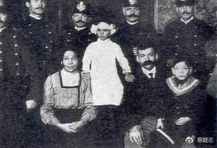 特瑞斯塔和她的兄弟、父母、警察