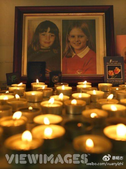 此案在英国影响非常大,很多人自发前去哀悼她们