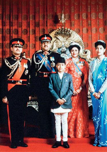 先哲批评国王傲慢,并预言:沙阿王室从此下传十代便会消亡。2001年,时任国王比兰德拉的命运似乎印证了这则预言。比兰德拉正好是纳拉扬大帝之后的第10代国君。