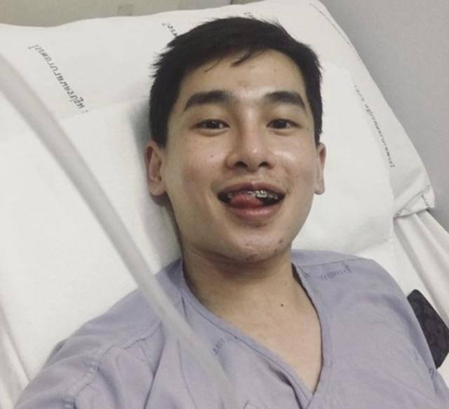 24岁男星患癌去世!生前晒照腿部发黑,被截肢后坐轮椅却笑容灿烂