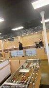 新冠肺炎疫情爆发:美国拉斯维加斯枪支商店的枪支弹药被抢购一空