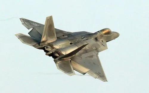"""2017年12月4日,一架美国空军F-22""""猛禽""""战斗机飞过韩国光州空军基地上空。新华社/法新"""