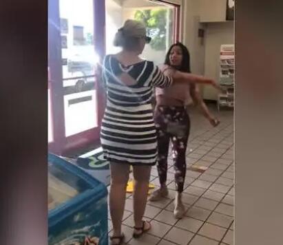 """美国女子在超市冲陌生人叫嚣""""回自己国家"""" 对方霸气反击"""