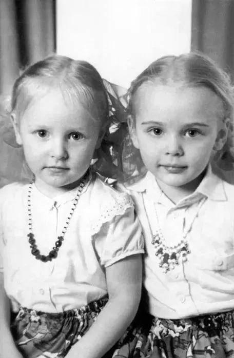 ・玛利亚(右)和妹妹