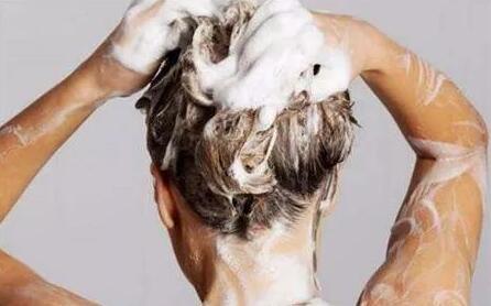 频繁洗头会导致脱发吗?专家道出真相!哪些行为会导致脱发?