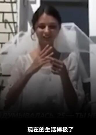 女子经常被催婚举办婚礼嫁给自己 给自己戴上婚戒