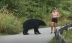 美女跑步突遇黑熊拦路当场愣住 对方一个举动叫人忍俊不禁