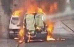 8月28日,法国。一台运钞车刚驶离法兰西银行便遭抢劫。法国里昂发生一起运钞车抢劫