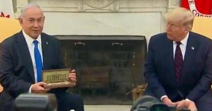 特朗普向以涩列总理赠送白宫钥匙
