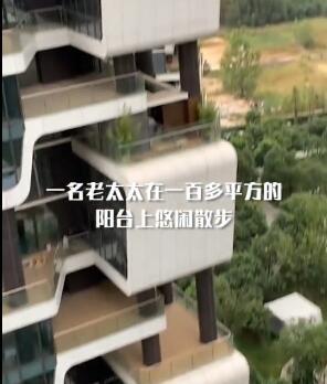 住户意外看到对面楼女子在活动,镜头拉近网友瞬间沸腾了