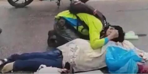 男子路过车祸现场发现撞死人,上前一看瞬间扑上去嚎啕大哭