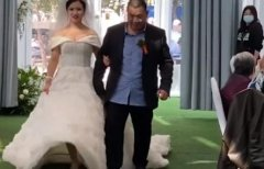 婚礼上爸爸一瘸一拐送女儿入场 随后一幕令人感动(图)