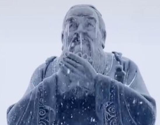 高校孔子雕像被冻得流鼻涕