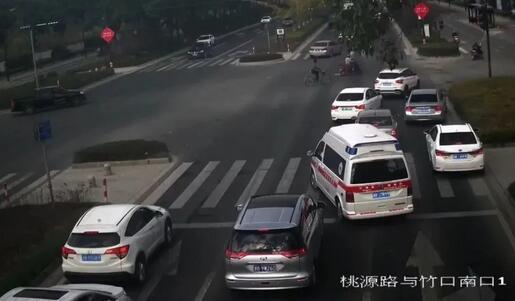 5辆车同时闯红灯,民警被吓坏仔细一看决定直接集体免罚