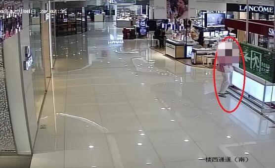 美女家中堆滿名牌一個包200萬,卻被監控拍下不齒一幕