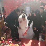 新娘上台阶时伴郎百般阻挠 随后一举动让新郎愤怒(现场)